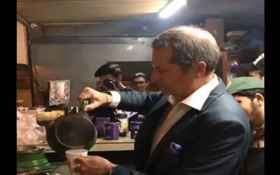 معروف غیر ملکی امپائر ڈھابے پر پہنچ گئے اور اپنے ہاتھ سے چائے بھی بنالی ،ویڈیو وائرل ہوگئی