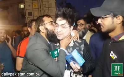 پی ایس ایل دیکھنے آئے شائقین زبردستی یاسر شامی کو چومنے لگے، لاہوریوں کو چیلنج دینامہنگا پڑ گیا