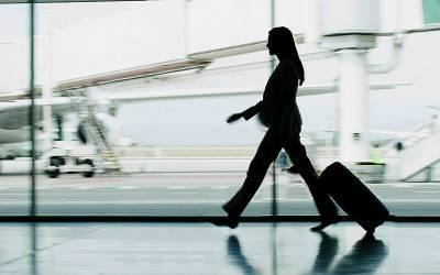 ایئر پورٹ پر خاتون کے مخصوص حصے سے کنڈوم برآمد، ان کے اندر کیا بھر رکھا تھا؟ حکام چکرا کر رہ گئے