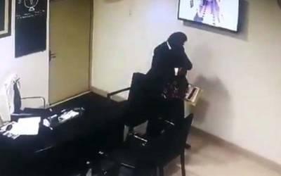ہسپتال کے ایم ایس کی دفتر میں خاتون کے ساتھ شرمناک حرکت کی سی سی ٹی وی ویڈیو وائرل ہو گئی ، سخت سزادیدی گئی