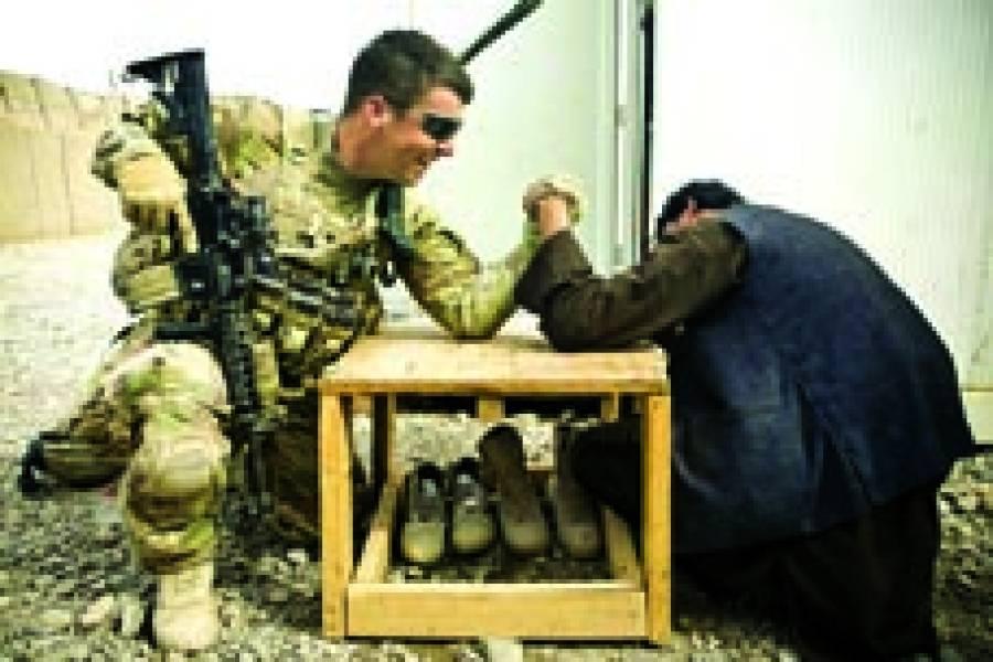 کابل:امریکی فوجی افغانی شخص کے ساتھ پنجہ آزمائی کر رہا ہے