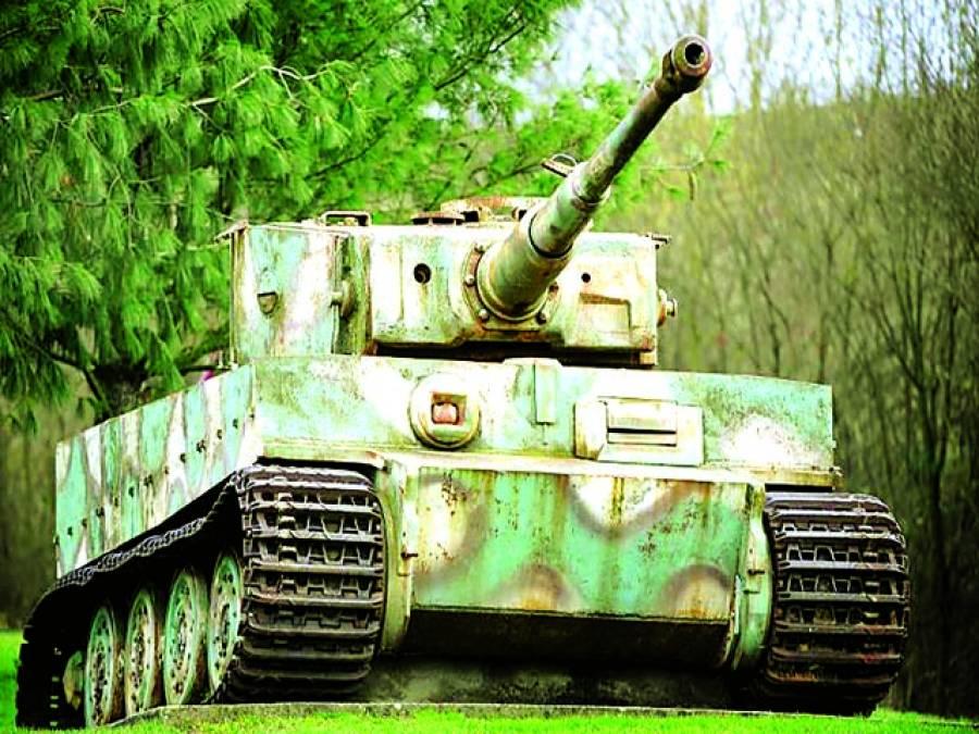برلن: جرمن فوج کا ایک ٹینک ایک شہر میں نمائش کیلئے پیش کیاجارہاہے