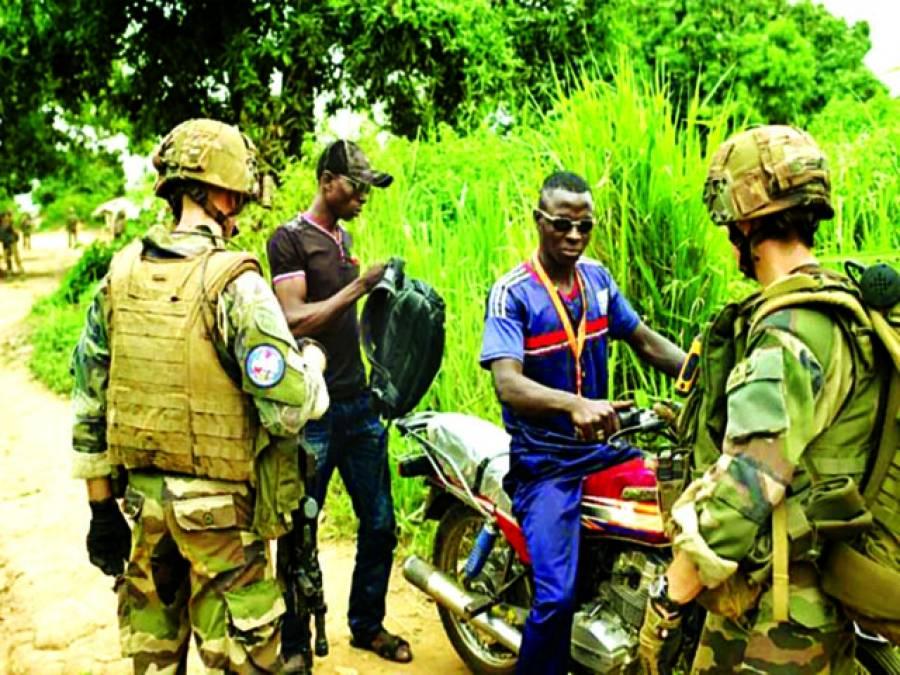 وسطی جمہوریہ افریقہ میں فرانسیسی فوجی موٹرسائیکل سواروں سے پوچھ گچھ کررہے ہیں