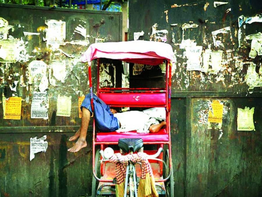 نئی دہلی: رکشا ڈرائیور گرمی کی شدت سے بچنے کیلئے سویا ہوا ہے