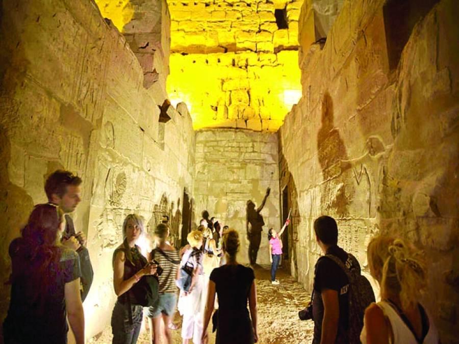 قاہرہ : غیر ملکی سیاح قدیمی عمارت کو دیکھ رہے ہیں