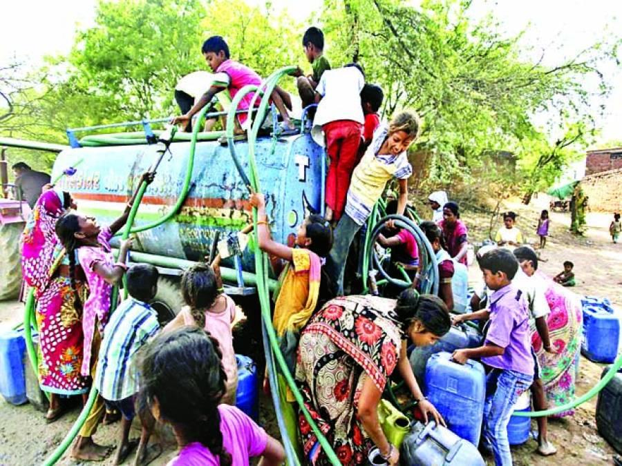 احمد آباد: بھارتی خواتین اور بچے موبائل ٹینکر سے صاف پانی حاصل کرنے کیلئے تگ و دو کر رہے ہیں