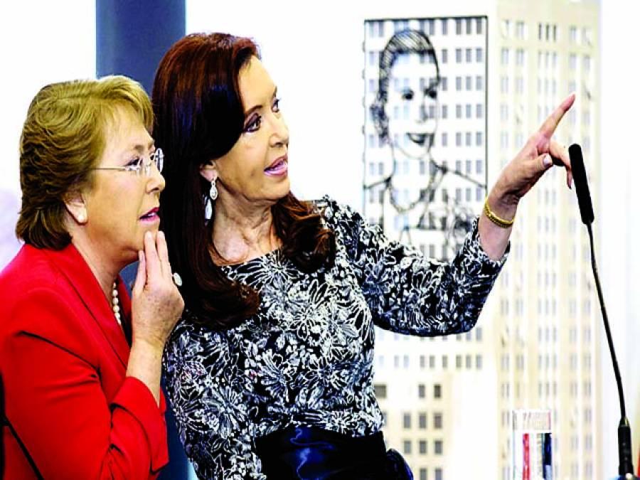 بیونس آئرس: ارجنٹینا کی صدر کرسٹینا فرنینڈس دورہ پر آئی ہوئی چلی کی صدر مچلی باچیلیٹ کے ہمراہ پینٹنگ کی نمائش میں رکھی گئی تصاویر کو دیکھ رہی ہیں