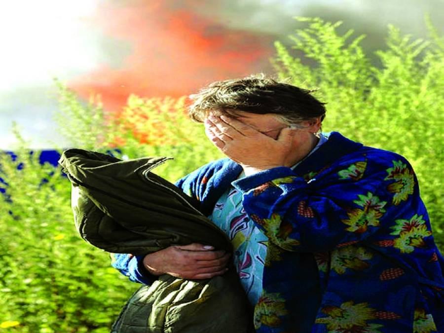 کیف: حکومتی اہلکاروں کی فائرنگ سے گھر پر لگی ہوئی آگ کو دیکھ کر یوکرائنی شخص رو رہا ہے