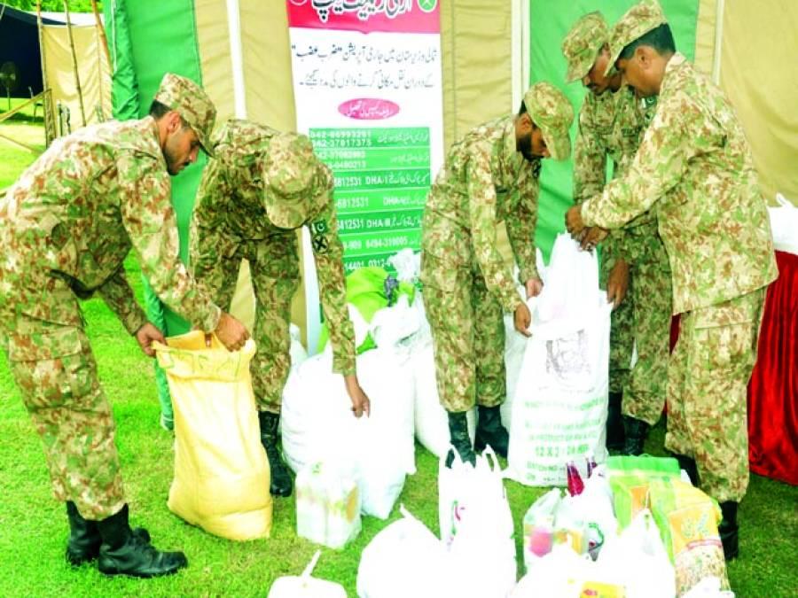 لاہور، قذافی سٹیڈیم میں فوجی اہلکار آئی پی ڈیز کے لئے سامان تیار کر رہے ہیں