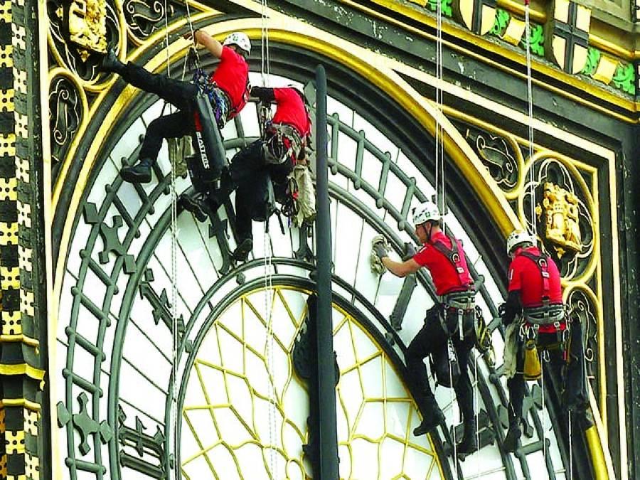 لندن:پارلیمنٹ ہاﺅس کے گھڑیال کو صاف کر رہے ہیں