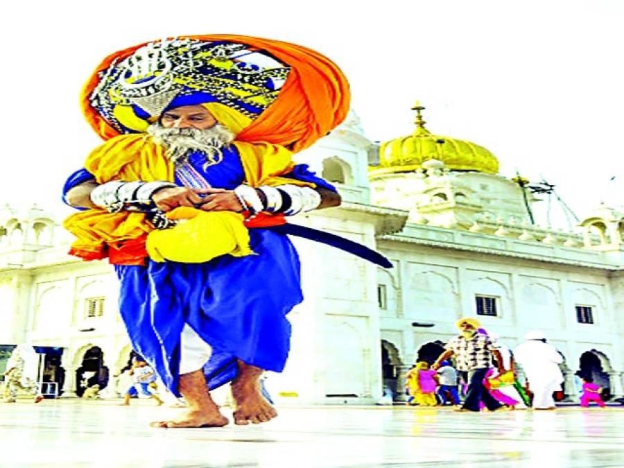 پٹیالہ: 60سالہ اوتار سنگھ مانی گردوارے سے باہر آ رہا ہے'بھارتی پنجاب کے سکھ نے دنیا کی سب سے بڑی پگڑی تیار کی ہے اس کا وزن 100پاﺅنڈ، 645میٹر لمبی ہے اور اس کو سر پر باندھنے کیلئے چھ گھنٹے کا وقت درکار ہو تا ہے
