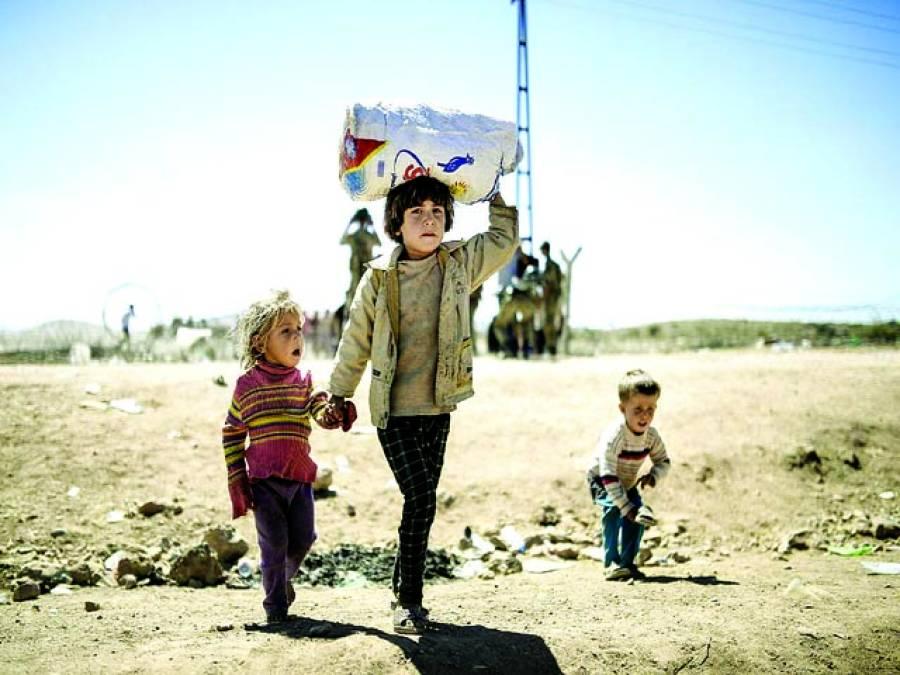 کردستان :شامی کردبچے سامان اٹھائے ترکی میں داخل ہونے کیلئے سرحد کی جانب جارہے ہیں