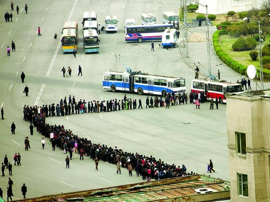 شمالی کوریا:مسافروں کی بڑی تعدادبسوں میں سوارہونے کیلئے قطاربنائے ہوئے ہے