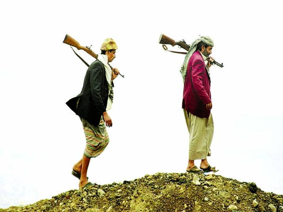 صنعا: دو باغی اسلحہ لئے پہاڑ کی چوٹی پر پہرہ دے رہے ہیں