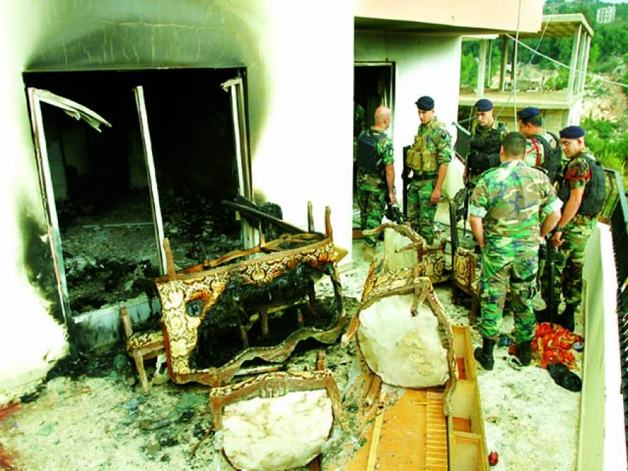 بیروت: لبنانی فوجی دھماکے سے تباہ ہونے والی عمارت کا جائزہ لے رہے ہیں