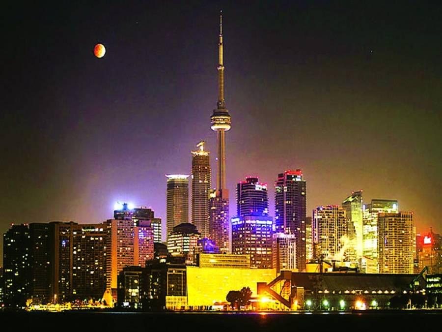 ٹورنٹو: رات کے وقت بلند روشن عمارتوں کا خوبصورت منظر
