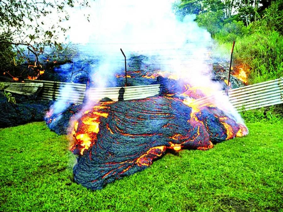 ہوائی: پہاڑی سے لاوا نیچے آ رہا ہے
