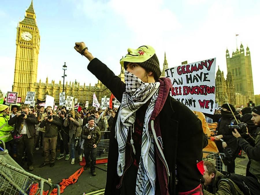 لندن: طلباءفیسوں میں اضافے کےخلاف مظاہرہ کر رہے ہیں