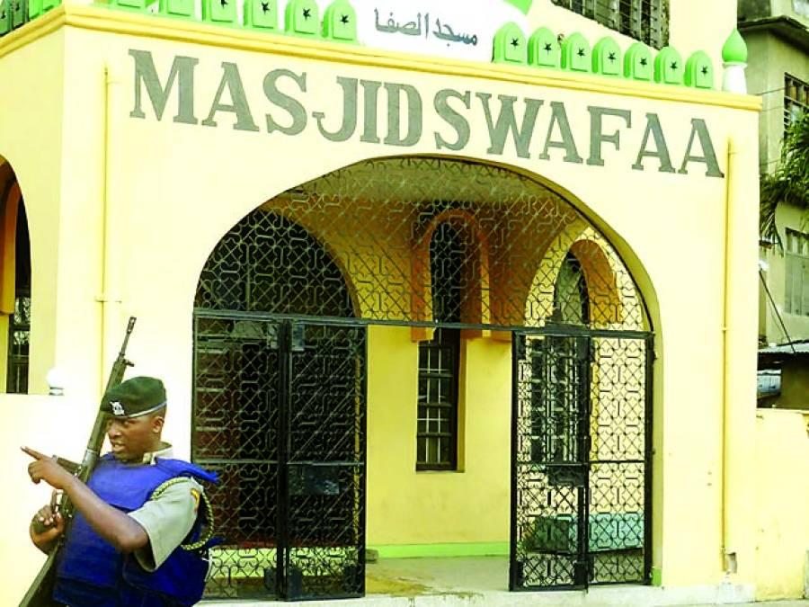 کینیا: سکیورٹی اہلکار مسجد کے باہر پہرہ دے رہا ہے