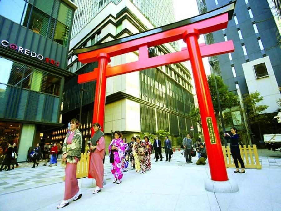 ٹوکیو:غیر ملکی خواتین سیاح جاپانی روائتی لباس پہنے ہوٹل سے باہر آ رہی ہیں