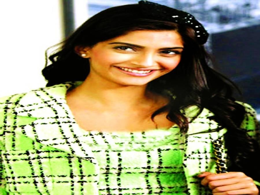 سونم کپور نے نئی فلم ''ڈولی کی ڈولی '' کا پوسٹر لانچ کر دیا