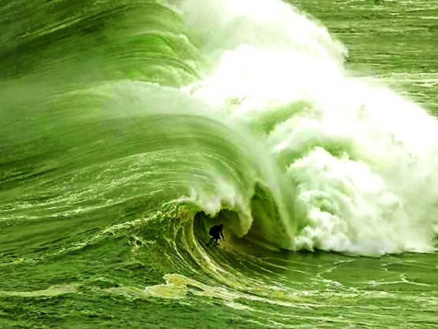 پرتگال: ایک سرفرخوفناک سمندری لہروں پر چلنے کا کرتب دکھارہاہے