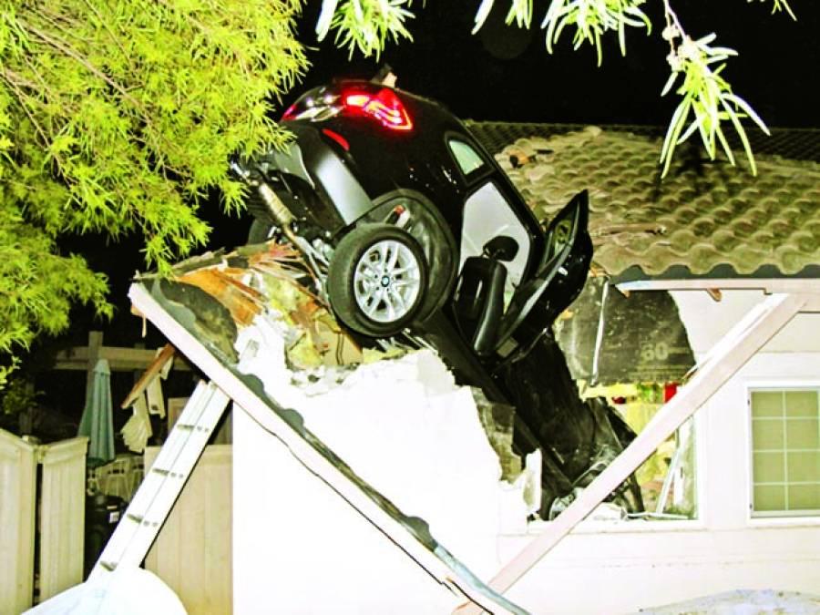 کیلیفورنیا: ڈرائیور کی تیز رفتاری کے باعث کار ایک گھر پر گری ہوئی ہے