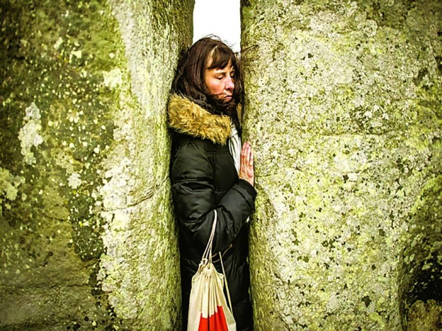 پیرس: ایک خاتون دو پتھروں کے درمیان میں سے نکلنے کی کوشش کر رہی ہے