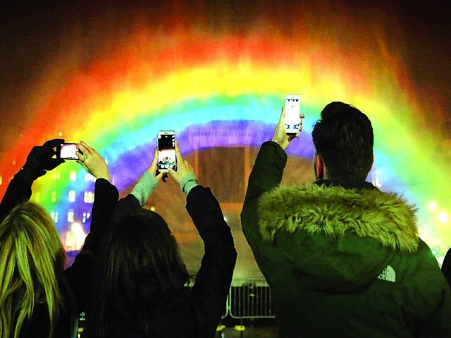 لندن: لوگ موبائل پر قوس قزا ح کی تصویر کھینچ رہے ہیں
