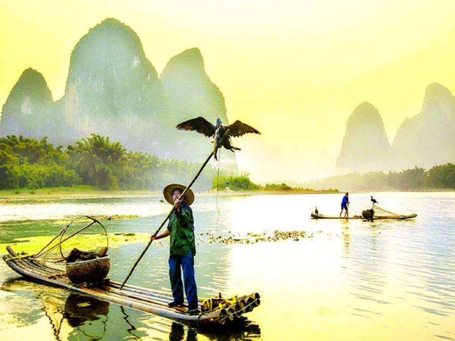 بیجنگ: چینی ماہی گیر مچھلی کا شکار کر رہا ہے