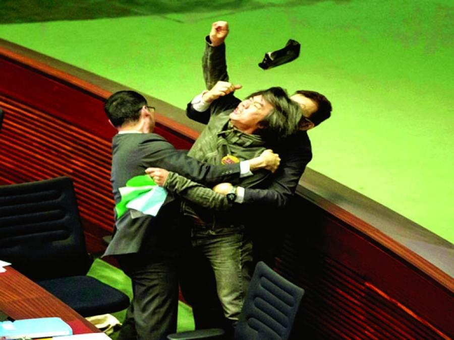 ٹوکیو:اسمبلی میں اپوزیشن رکن کو سیکورٹی اہلکار احتجاج کرنے پر روک رہے ہیں