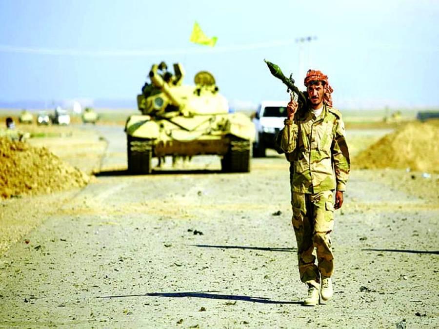 بغداد: عراقی فوجی راکٹ لانچر کندھے پر رکھے جا رہا ہے