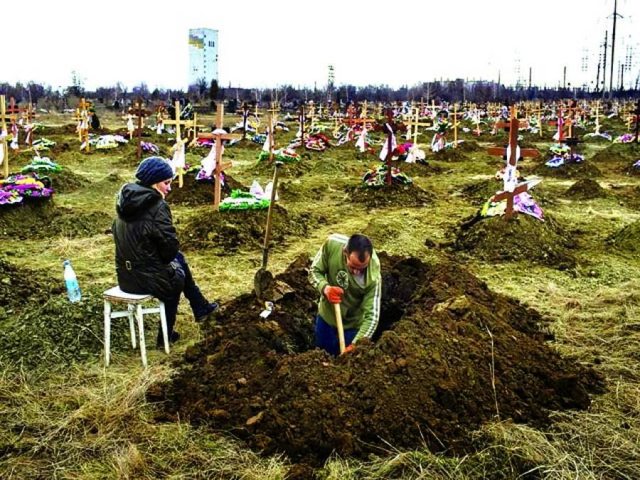 غزہ: فلسطینی اپنے عزیز کو دفنانے کیلئے قبر کھو د رہا ہے