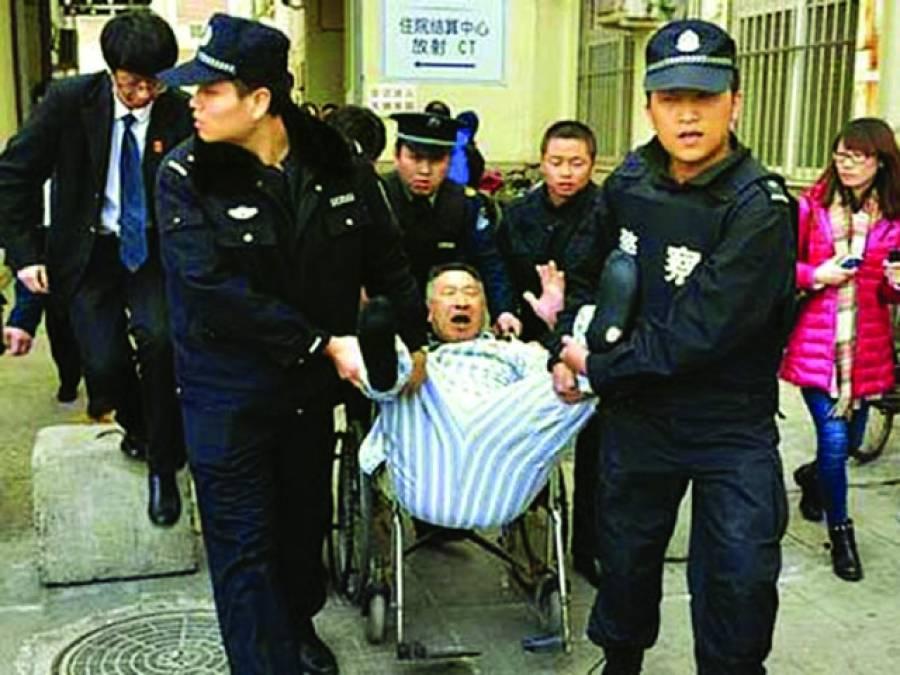 صحت مند ہونیوالے مریض کا گھر جانے سے انکار،پولیس نے اٹھا کر سڑک پر پھینک دیا