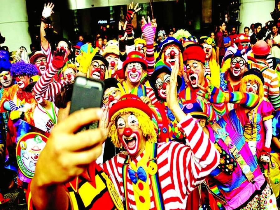 کوالا لمپور:کلون تہوار کے موقع پرشریک افراد موبائل پر تصویر بنوا رہے ہیں
