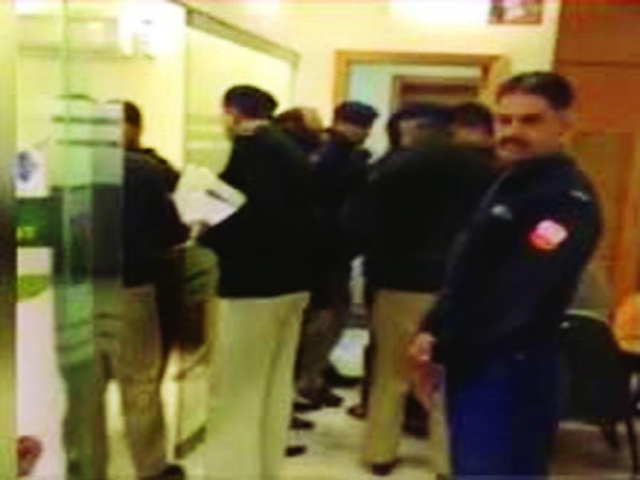 سیکورٹی گارڈ کی ساتھیوں کیساتھ بینک ڈکیتی 30 لاکھ نقدی اور گاڑی لے اڑے