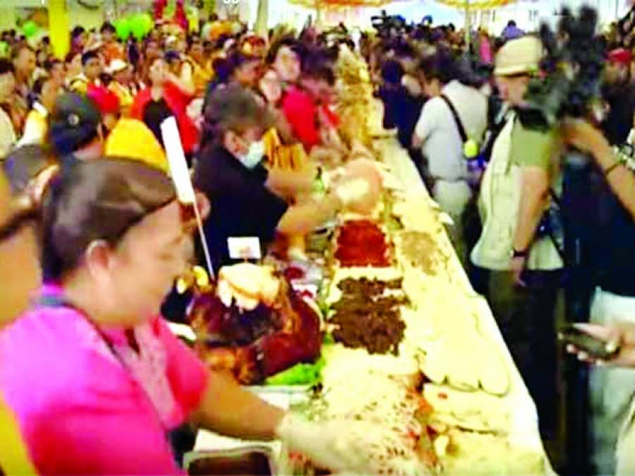 سینکڑوں شیفس نے چار منٹ میں دو سو سولہ فٹ طویل ٹورٹا سینڈوچ بنا ڈالا