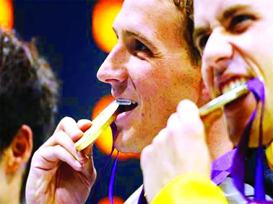 اولمپکس کے فاتح کھلاڑی تمغوں کو کاٹتے کیوں ہیں؟