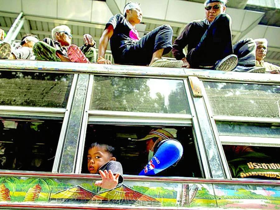 ہنوی: ایک بچہ مظاہرے میں شرکت کرنے کیلئے اپنے والدین کے ہمراہ بس پر جا رہا ہے