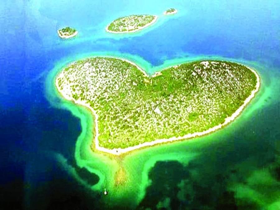 'جزیرہ محبت' میں فضاء سے کود کر 'ویلنٹائن ڈے'منانے کا مظاہرہ