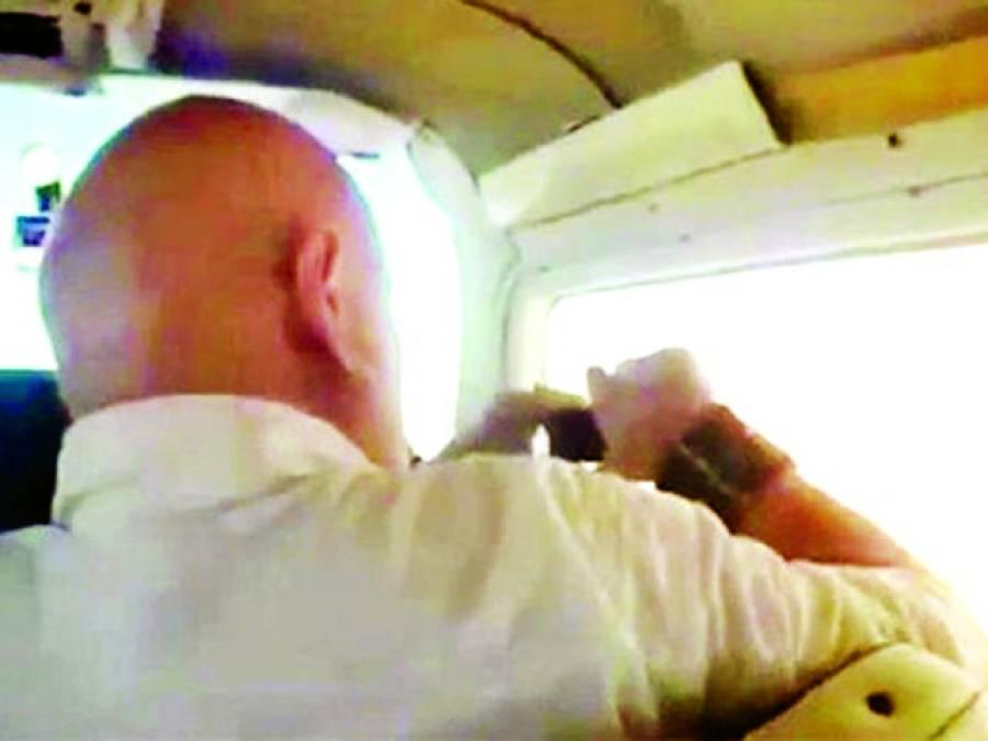 جہاز کی کھڑکی سے تصویر بنانے والا موبائل سے ہاتھ دھو بیٹھا
