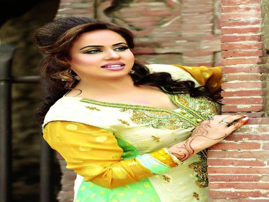 ہمارے ملک میں بڑے بڑے گلوکار لائیو گانے سے گھبراتے ہیں،مون پرویز