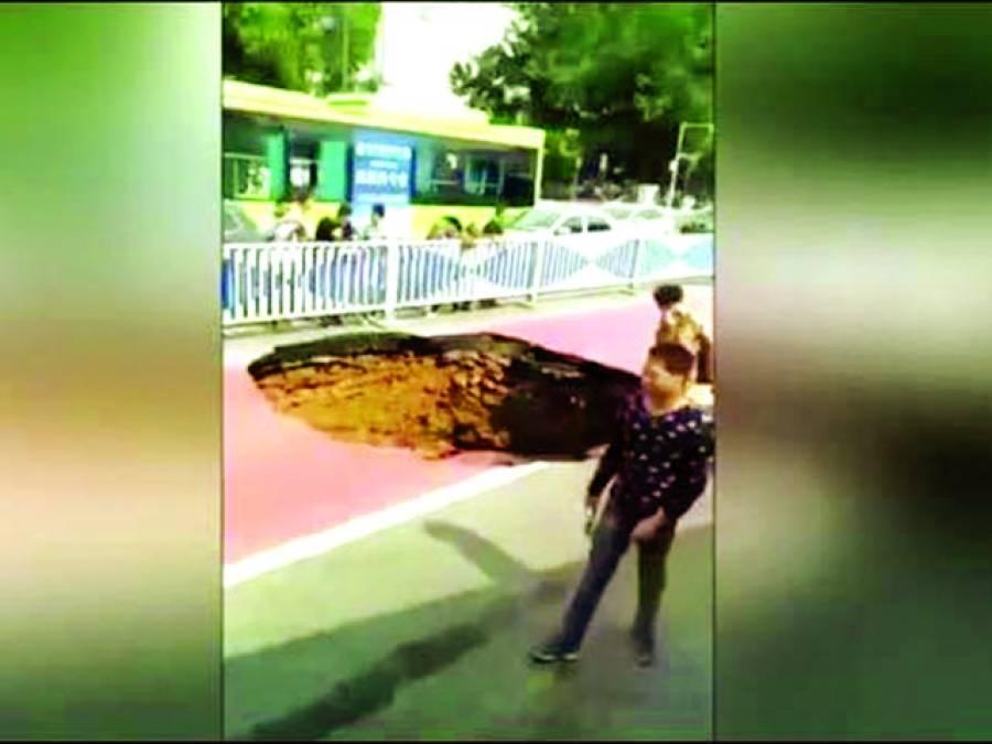 چین: مسافر بس گڑھے میں گرنے سے بچ گئی