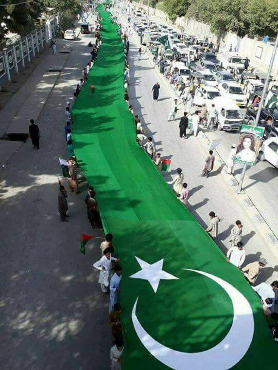 بلوچستان میں جشن آزادی منانے کاانوکھا انداز ،سراج رئیسانی نے پاکستان کا سب سے بڑا جھنڈا بنوا کر کوئٹہ کی ڈبل روڈکواس میں ڈھانپ دیا