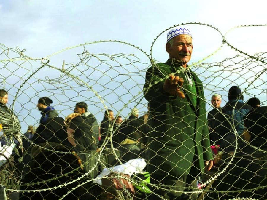 قاہرہ: مصری باشندے غزہ بارڈر پرخاردار تاروں کے پاس کھڑے ہیں