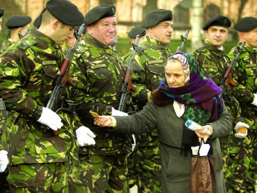 بخارسٹ: ایک خاتون گارڈ آف آنر پیش کرنے والے فوجیوں کو بسکٹ پیش کر رہی ہے