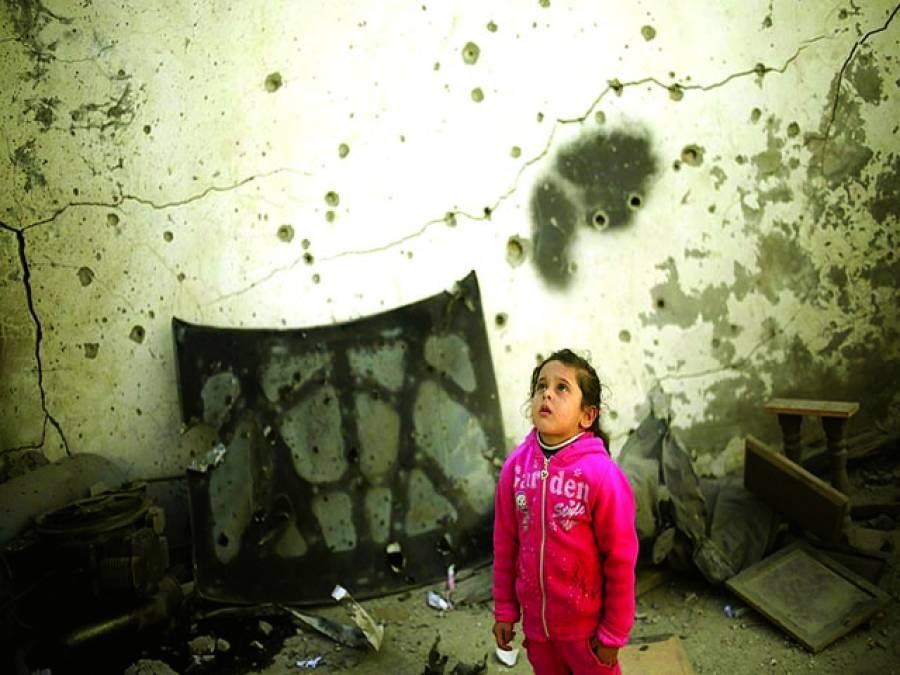 دمشق: ایک بچی سرکاری فوج کی فائرنگ سے لگی ہوئی گولیوں کے بعد دیواروں کو دیکھ رہی ہے