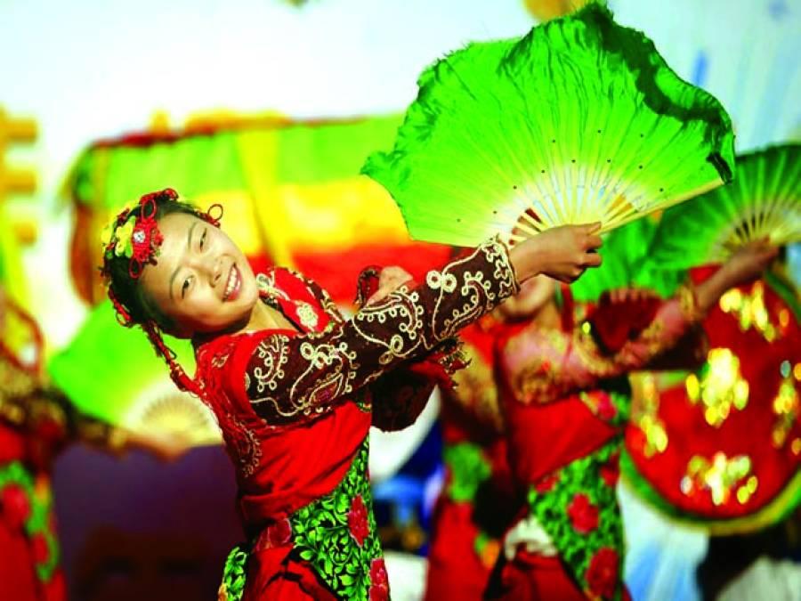 پیرس: چینی ثقافتی وفد ڈانس کر رہا ہے