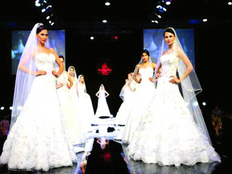دبئی: بین الاقوامی دلہن شو میں ماڈلز لباس پہنے کھڑی ہیں