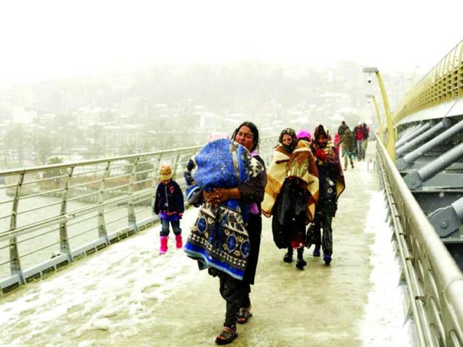 استنبول: شامی مہاجر خواتین پل پر سے گزر رہی ہیں